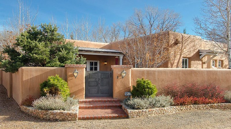 HISTORIC EAST SIDE ~ Warm and Inviting all New Furnishings, Walk to canyon road., location de vacances à Santa Fe