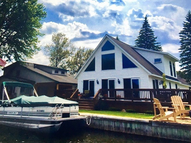 3+ BR Waterfront year-round home on Houghton Lake.  Sleeps 16  Pontoon available, location de vacances à Higgins Lake