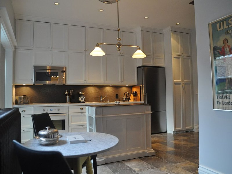 Grand Home on Palmerston Blvd. near Little Italy, holiday rental in Toronto