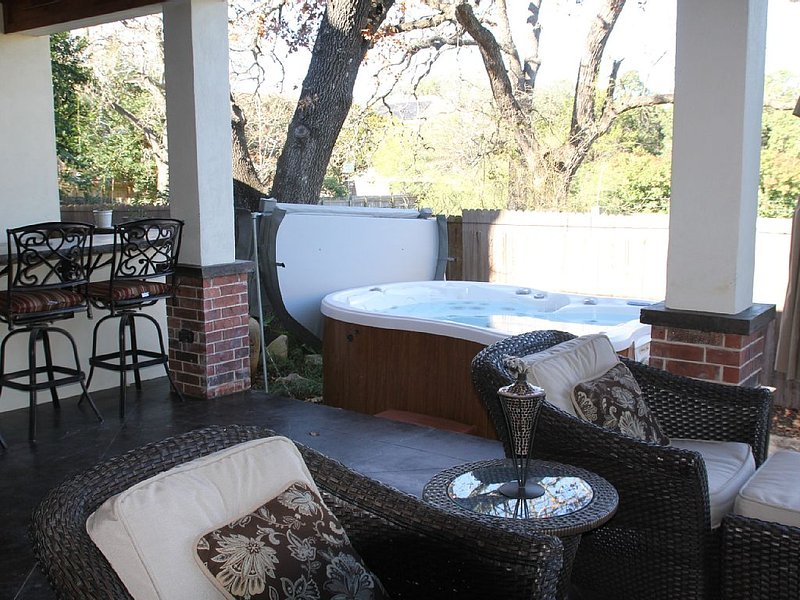 Perfect getaway. Hot tub, out door kitchen and Gourmet kitchen for all your need, holiday rental in Manchaca