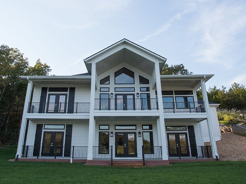 Old Kinderhook, Golf, newly built, waterfront home, 6 Bedrooms, vacation rental in Camdenton