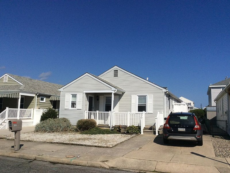 Totally Renovated Single Family Home, pet friendly, gas grill, outdoor shower., aluguéis de temporada em Wildwood Crest