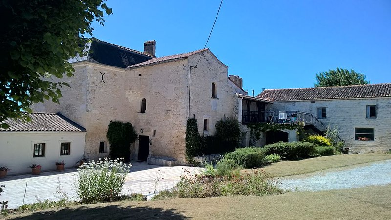 Aramis - The perfect apartment for a romantic holiday in the French countryside, holiday rental in Archingeay