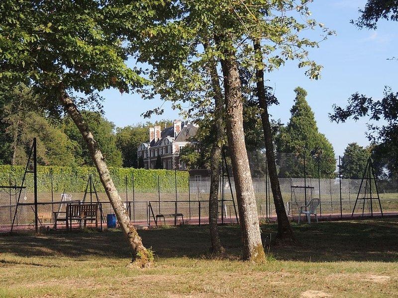 Ranch familial dans grand domaine sportif privé avec golf 18 trous, vacation rental in Saint-Julien-du-Sault