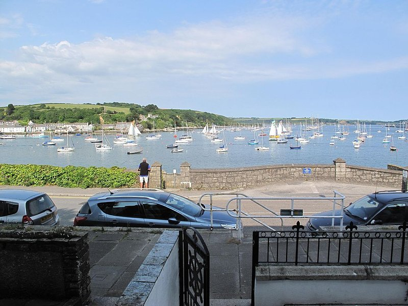 THE WHEEL,Harbour view apartment for two -  private front entrance and patio, location de vacances à Mylor Churchtown