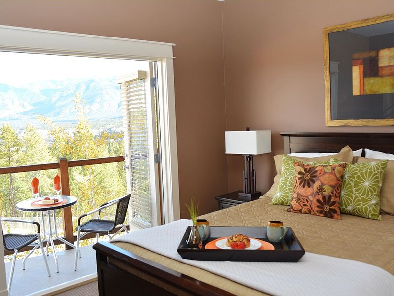 Timber View Chalet, Luxury 3 Bedroom Mountain Chalet, Beautiful Views, casa vacanza a Invermere