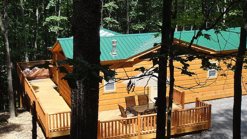 Private Log Cabin - Hot Tub, Flat Screens, Wi-Fi, Fireplace, Sm Pet Considered, vacation rental in Great Cacapon