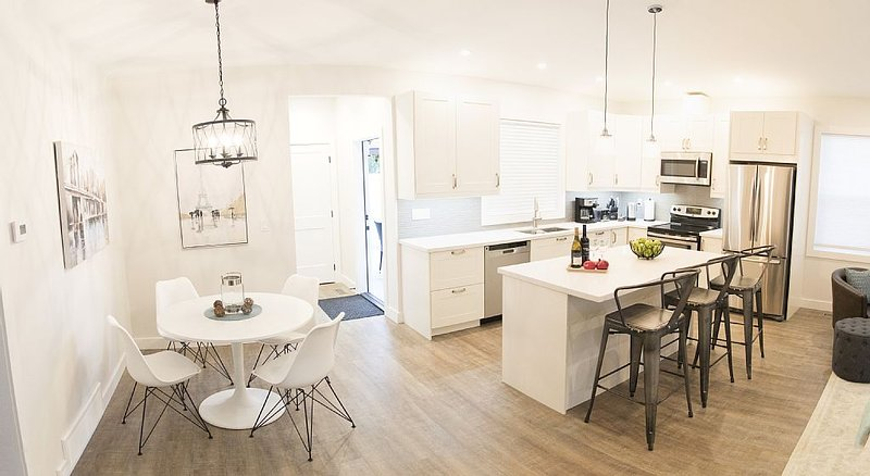 Beautiful, New, Luxurious 2 bedroom/2 Bath Carriage House, alquiler de vacaciones en Kelowna