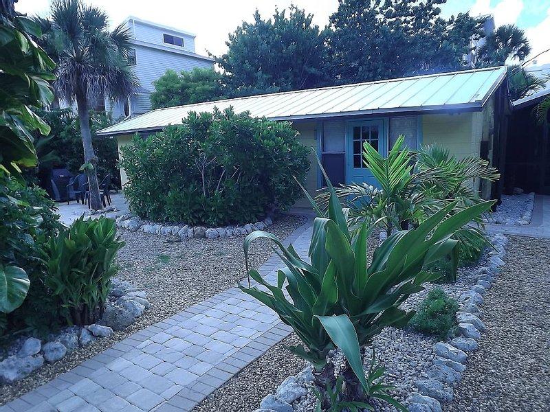 150 FEET TO PRIVATE BEACH! Manasota Key Beach Cottage PRIVATE HOME!, casa vacanza a Manasota Key