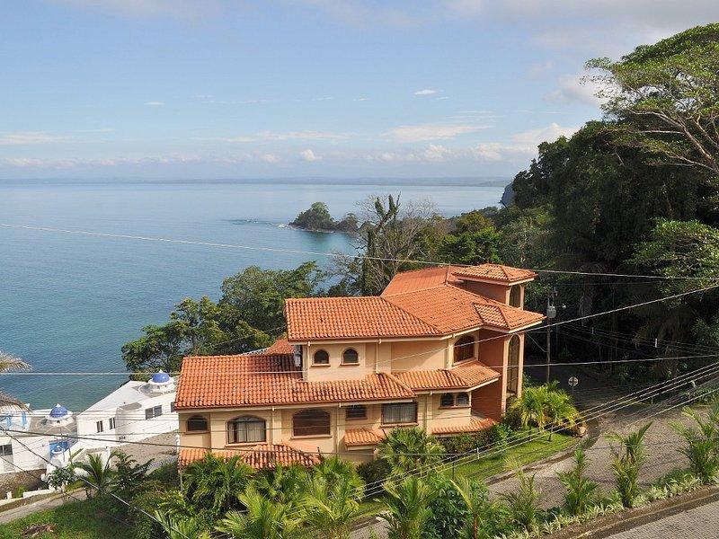 Luxury 2 Level House Infinity Pool 5-min walk Playa Blanca #1 Beach Costa Rica, alquiler vacacional en Garabito Municipality