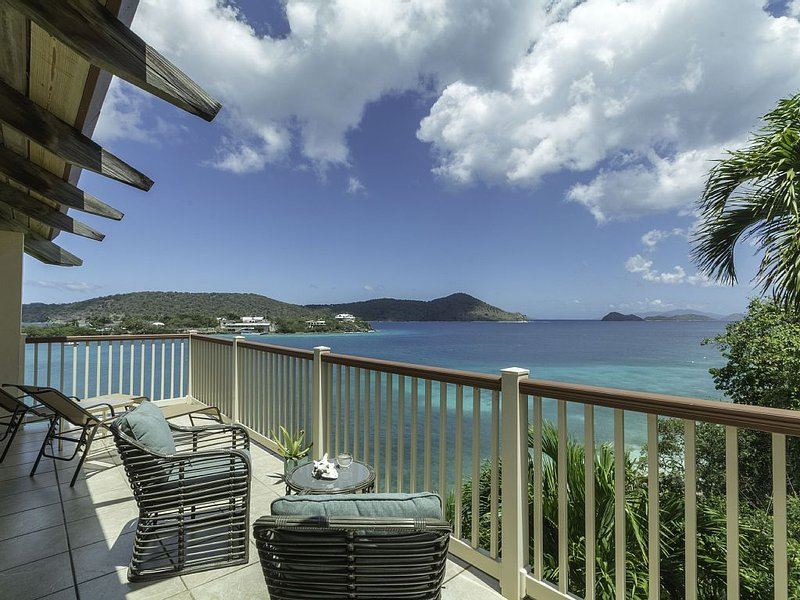 Top fl. waterfront luxury next to beach.Lower $ available for longer stays.B1, location de vacances à Smith Bay