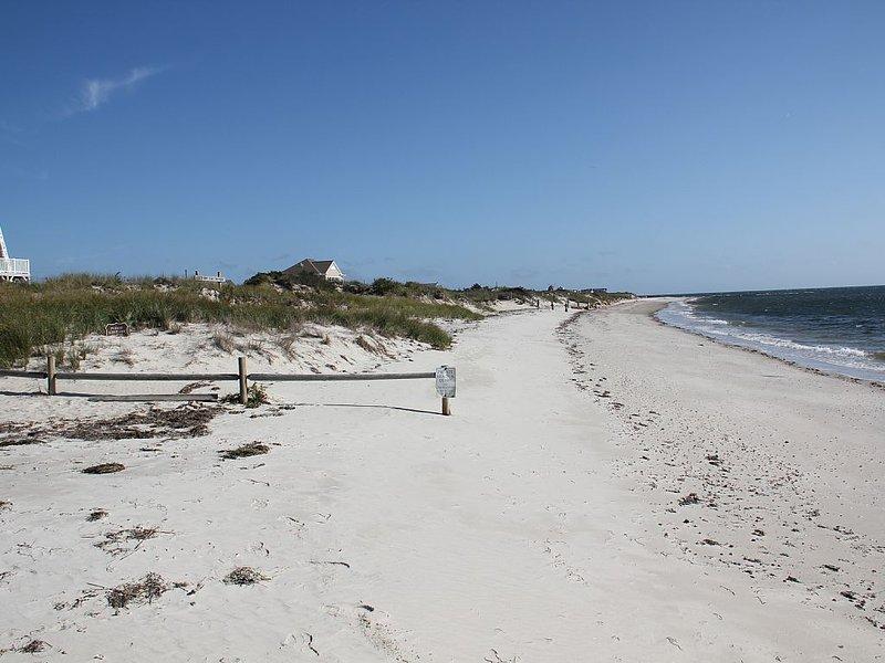 BEAUTIFUL DUPLEX COTTAGE with OCEAN VIEWS of PRIVATE BEACH -, location de vacances à Dennis