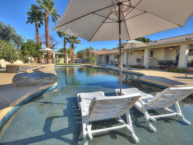 Large Property With Private Pool and Spa !, alquiler de vacaciones en Palm Desert