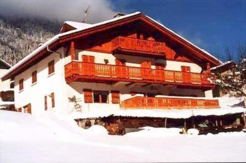 Très bel appartement mansardé (90 m2) tout le dernier étage d'un chalet traditio, casa vacanza a Chamonix