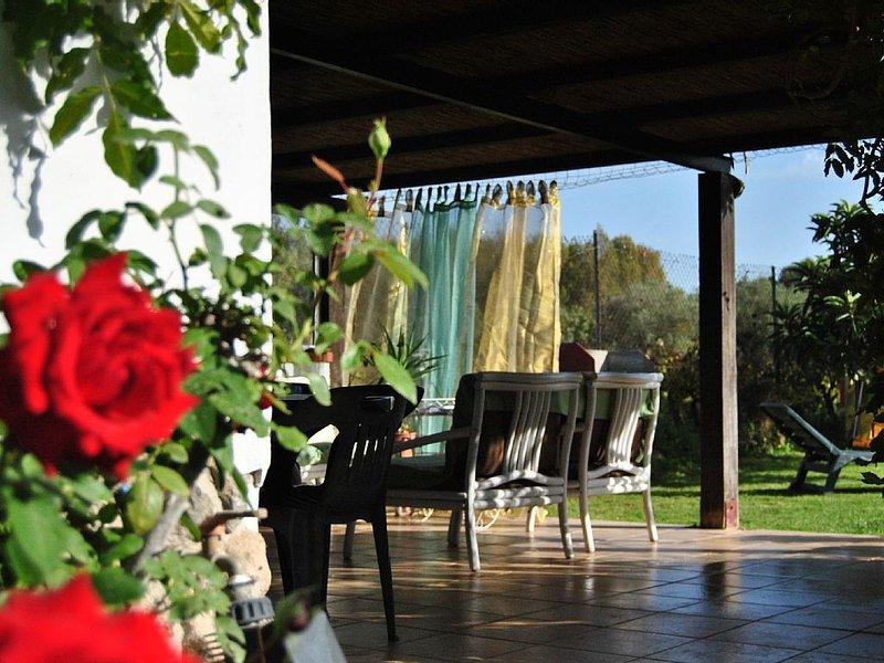 Deliziosa Casa indipendente, grande veranda e giardino, 6 posti letto, 2 bagni, vacation rental in Province of Carbonia-Iglesias