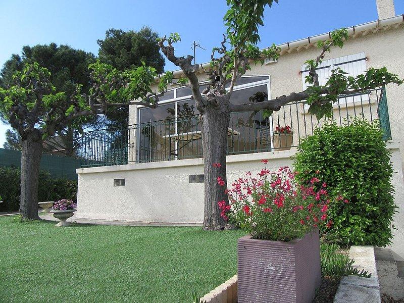 Proche BEZIERS gîte pour 6 personnes, terrasse & jardin, prestations de qualité., holiday rental in Pailhes
