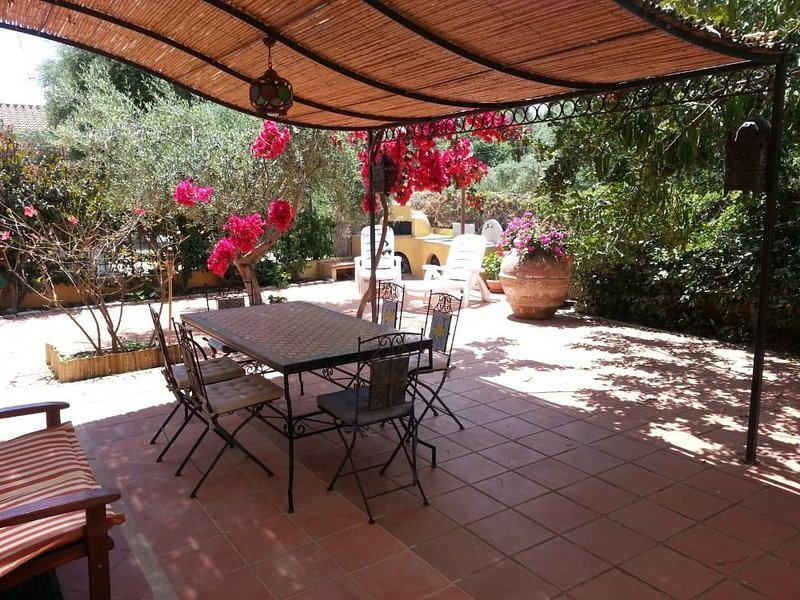house with garden 'the great carob' 100 meters from the beach, casa vacanza a Sardegna