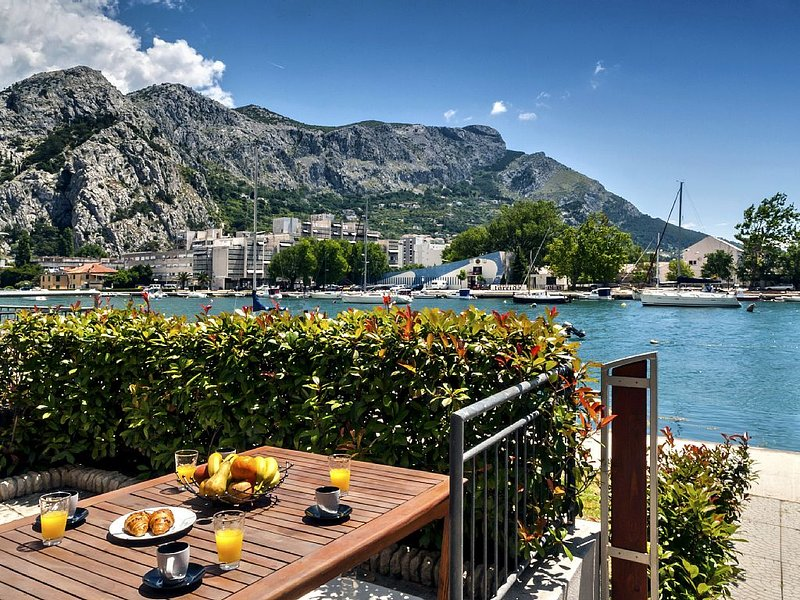 A new apartment for 6 persons on the riverside with a beautiful view of the sea, alquiler de vacaciones en Omis