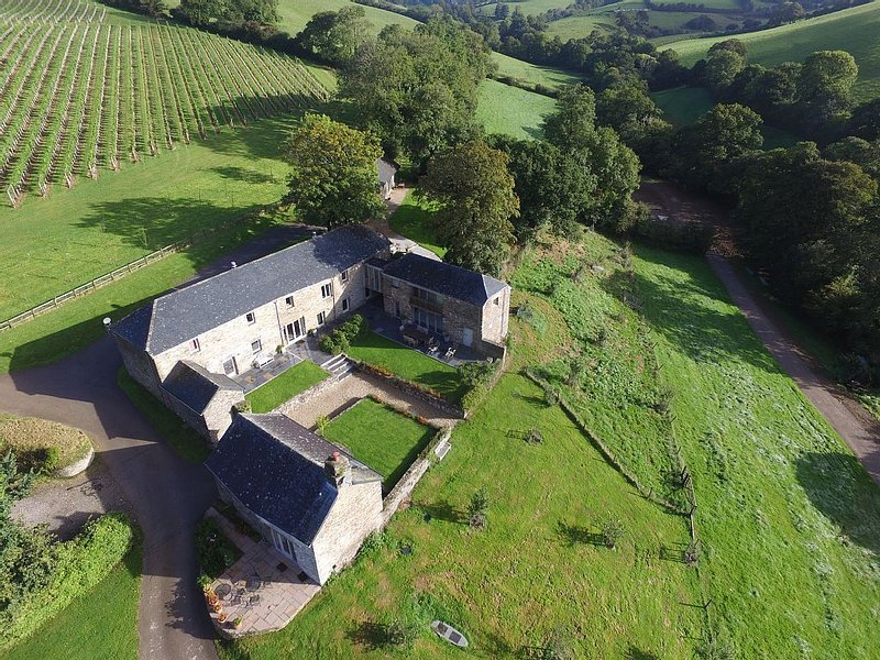 Quality Stone Barns With Heated Swimming Pool Located in 64 Acres Of Farm Land, Ferienwohnung in Modbury