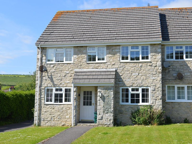 A bright cosy 1st floor flat in West Lulworth just 15 mins walk to Lulworth Cove, location de vacances à Wool