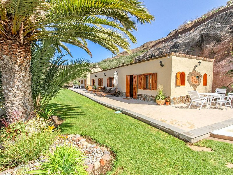 Villa with pool, gardens and fruit trees, holiday rental in Monte Leon