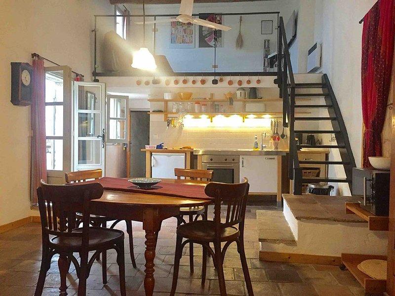 Appartement rénové de 68 m2, avec terrasse, dans coeur historique Uzes, vacation rental in Uzes