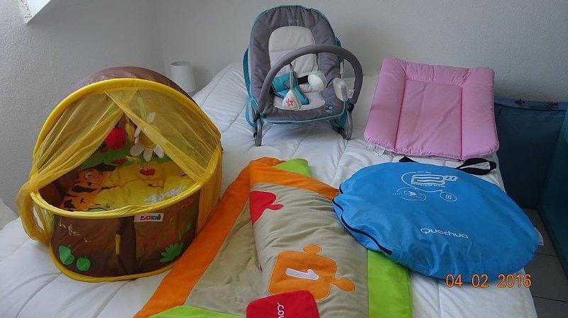 kit bb avec lit, draps, chaise haute, moustiquaire et divers forfait 30 €