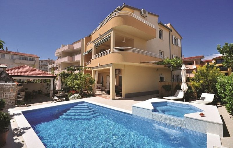 Luxury Villa DG  - ideal for 16 persons with private pool, holiday rental in Stobrec