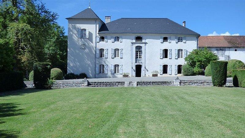 9 chambres pour 23 personnes, piscine et tennis, rivière, terrasse, holiday rental in Moulis
