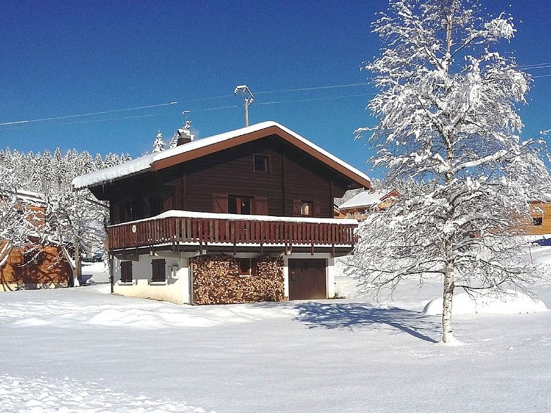 Detached chalet, very well located in a very quiet set of 29 chalets., location de vacances à Les Rousses