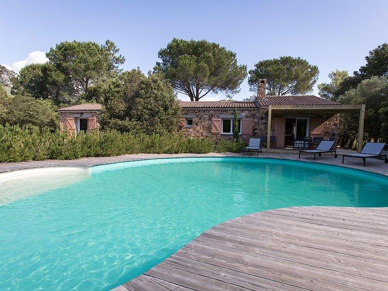 Bergerie en pierre avec piscine chauffée privative,place de parking centre ville, holiday rental in Levie