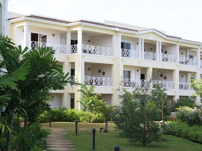 NEW 3 BED BEACH FRONT & SEAVIEW DELUXE PENTHOUSE APARTMENT 3, 2 AND 1 BED OPTION, vacation rental in Christ Church Parish