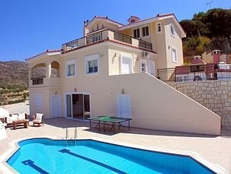Luxurious Private Villa with Private Pool and Sea Views- 6 min drive from beach, location de vacances à Kato Gouves