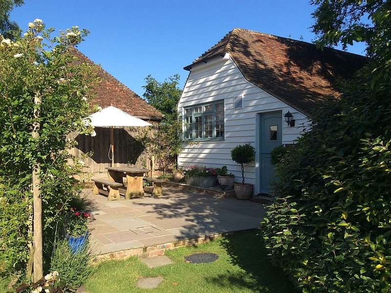 Peaceful, Picturesque And Stylish Property In A Traditional Converted Barn, vacation rental in Rolvenden