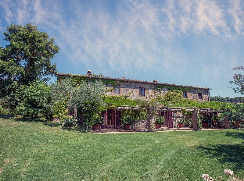 Villa with Private Pool and Outstanding Views, Ferienwohnung in Monterubiaglio