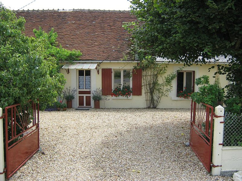Rural Cottage With Views Over Fields,  tranquil setting, casa vacanza a Indre