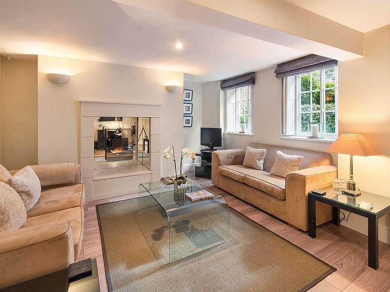 Stunning Spacious Contemporary Flat: With large kitchen/diner, lounge + patio, holiday rental in Kew