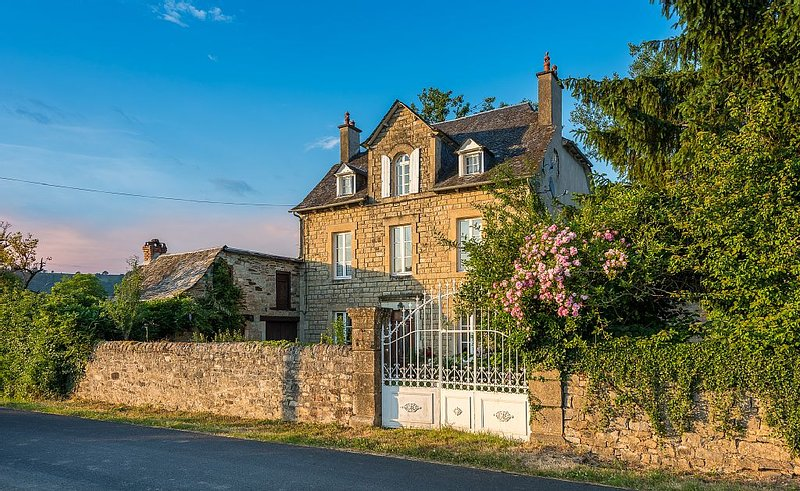 Luxury farmhouse with heated pool, 8 man hot tub, steam room, Jacuzzi bath and s, holiday rental in Aveyron