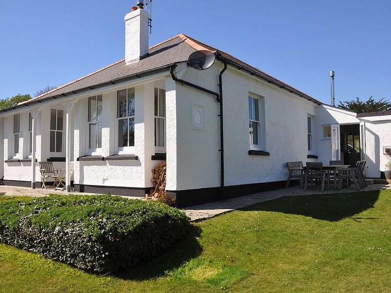 Stunning Seaside Home Surrounded by Large Garden, holiday rental in Tredrizzick