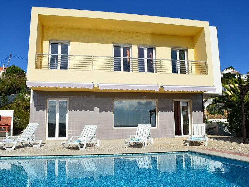 Tranquil family villa with lovely sea view, easy stroll to centre and beach, holiday rental in Cidade