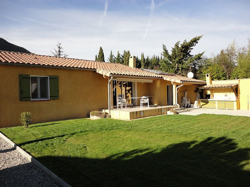 Charmante propriété avec piscine à proximité de NYONS  dans la Drôme Provençal, holiday rental in Sahune