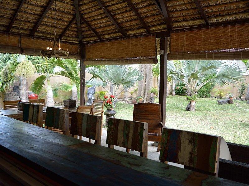 Villa de charme lumineuse  piscine, jardin entièrement clôturé, 150m de la plage, vacation rental in Flic En Flac
