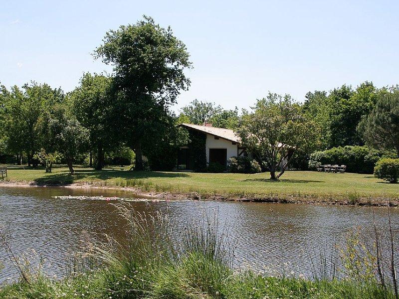 Cadre exceptionnel - Belle villa avec Étang de baignade privé, location de vacances à Biscarrosse