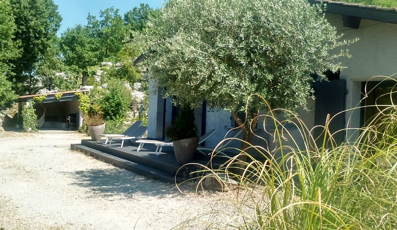 Detached house on one level for 6 people. in Southern Ardèche Balazuc, holiday rental in Uzer