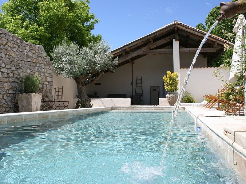 Ancien bistrot 'chez mamie Léone'. Piscine chauffée, location de vacances à Gard