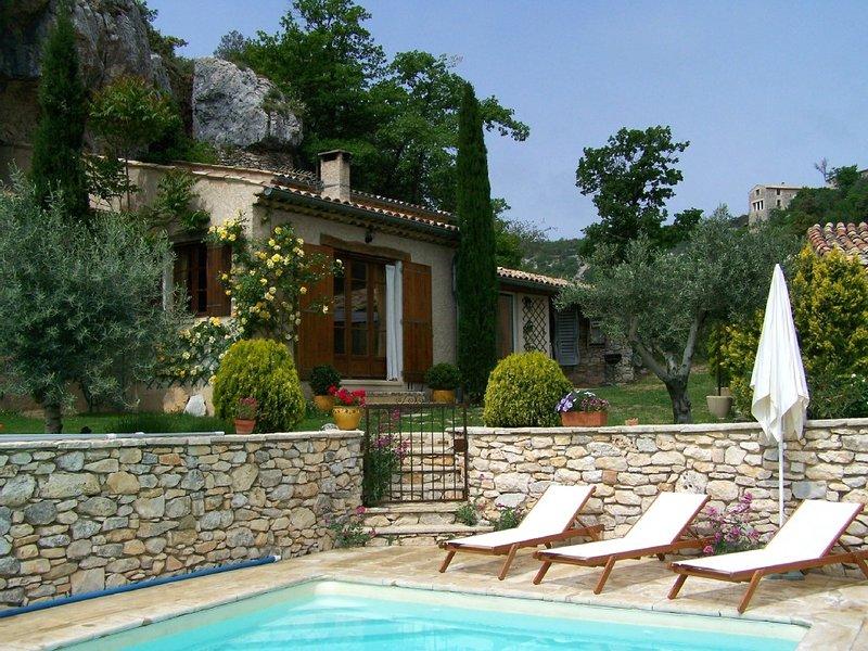 Maison indépendante avec piscine privée, aluguéis de temporada em Oppedette