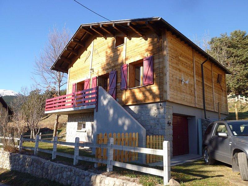 Chalet in mountain village, location de vacances à Matemale