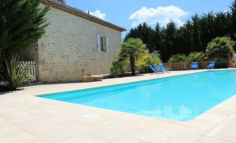 Maison en pierre avec grande piscine privée 16,5 X 5, holiday rental in Mauroux