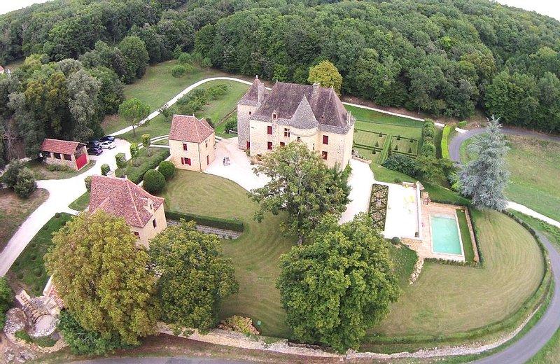 Magnifique Château avec piscine proche de SARLAT, merveilles du Périgord, holiday rental in Orliaguet