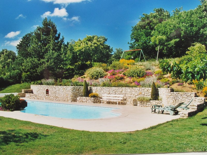 Maison de charme, spacieuse, calme, grand jardin, piscine, classée 4 étoiles, vacation rental in Chabeuil